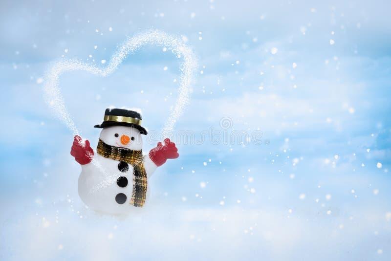 De gelukkige sneeuwman bevindt zich in het landschap van de winterkerstmis stock foto's