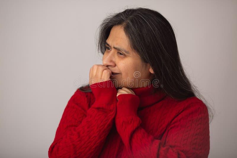 De gelukkige Spaanse Vrouw houdt Notitieboekje stand stock fotografie