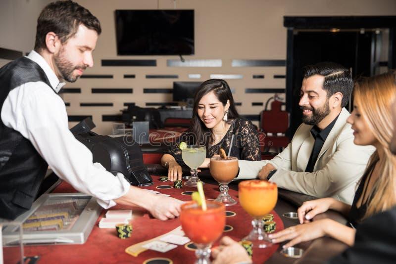 De gelukkige spelers in een blackjack dienen in stock afbeelding