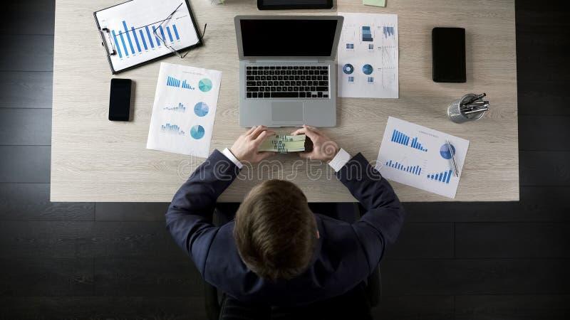 De gelukkige stapel van de zakenmanholding van geld, beloning voor succesvol project stock foto's