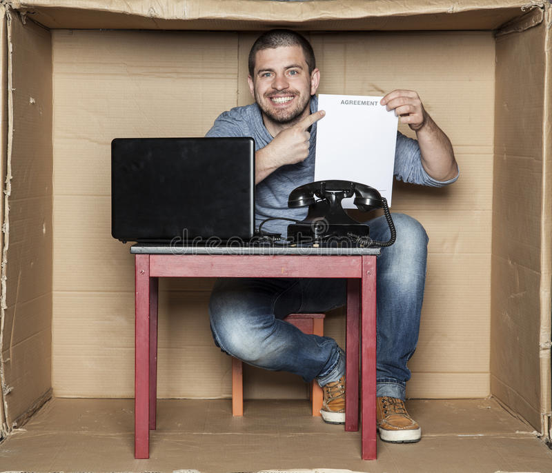 De gelukkige student kreeg de eerste werkzaamheden, toont contract stock fotografie