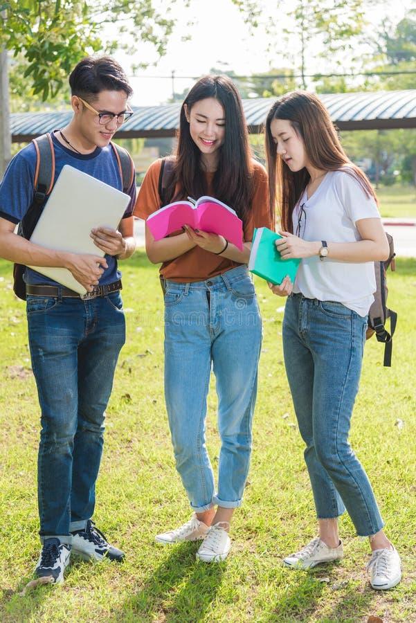 De gelukkige studenten die van groepsvrienden zich in universiteit bevinden stock foto