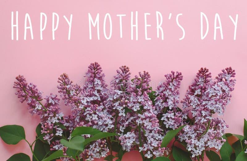 De gelukkige tekst van de moeder` s dag, groetkaart mooi lilac purper F royalty-vrije stock afbeelding