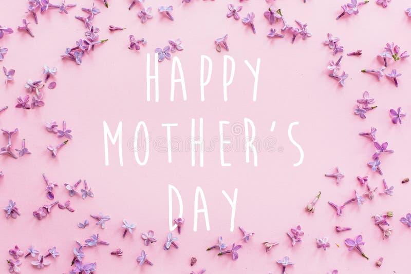 De gelukkige tekst van de moeder` s dag, groetkaart mooi lilac purper p stock fotografie