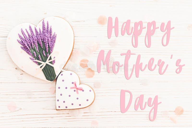 De gelukkige tekst van de moeder` s dag op koekjesharten met lavendel op wit royalty-vrije stock fotografie