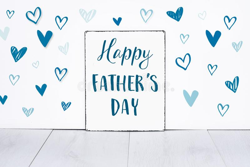 De gelukkige tekst van de vadersdag op tekenraad voor de beste papa in de wereld met leuke kleine blauwe harten op witte achtergr royalty-vrije stock afbeelding