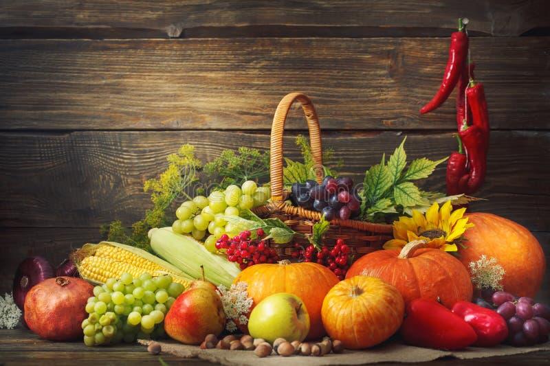 De gelukkige Thanksgiving dayachtergrond, houten die lijst, met groenten, vruchten en de herfst wordt verfraaid gaat weg De achte royalty-vrije stock fotografie