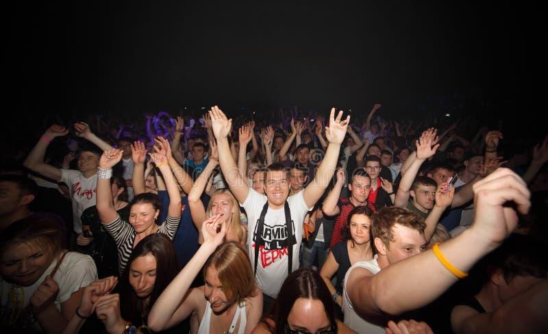 De gelukkige toeschouwers in Armin van Buuren tonen stock afbeelding