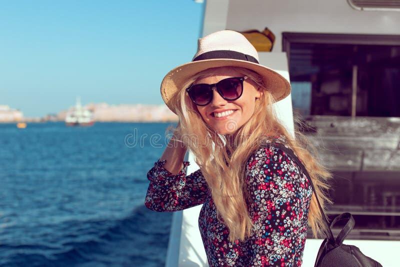 De gelukkige toothy glimlach van de reizigersvrouw op cruiseschip op Middellandse Zee royalty-vrije stock afbeeldingen