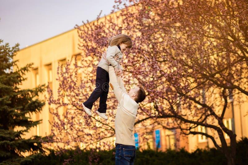 De gelukkige vader die pret hebben werpt omhoog in luchtkind De dag van de vader `s Alleenstaande ouderfamilie stock foto