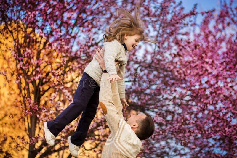 De gelukkige vader die pret hebben werpt omhoog in luchtkind De dag van de vader `s Alleenstaande ouderfamilie royalty-vrije stock afbeeldingen