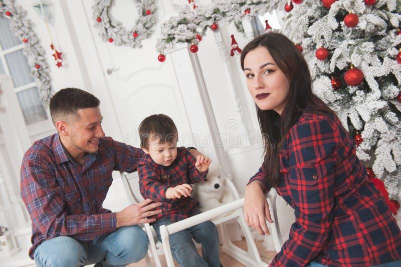 De gelukkige vader van de familiemoeder met leuk kind in witte Kerstmis ev royalty-vrije stock fotografie