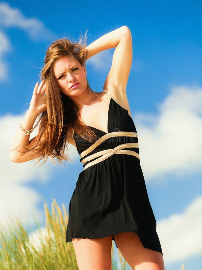 Download De Gelukkige Vakantie Van Het Vrouwenstrand Stock Foto - Afbeelding bestaande uit wellness, gebaar: 54091154