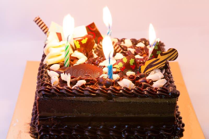 De gelukkige verjaardag van de cakechocolade op doos stock afbeeldingen