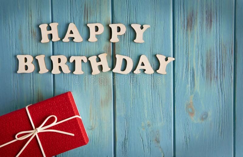 De Gelukkige Verjaardag van de inschrijving Dozen met giften en een felicitatieinschrijvings gelukkige verjaardag De kaartontwerp royalty-vrije stock fotografie