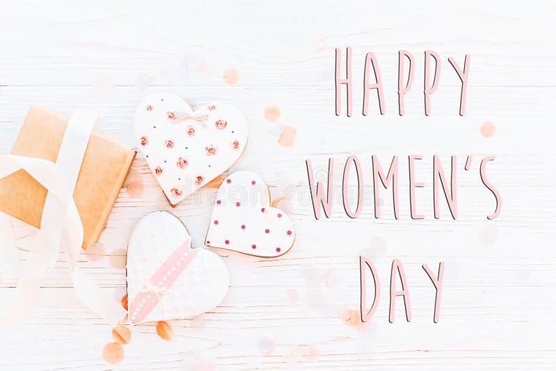 De gelukkige vlakte van het de tekstteken van de vrouwen` s dag lag 8 Maart roze harten en p royalty-vrije stock fotografie