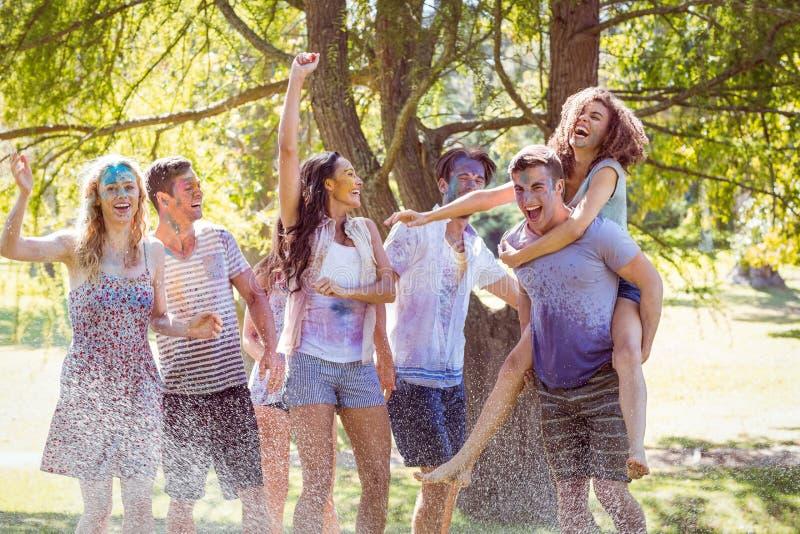 De gelukkige vrienden die in het water springen schieten royalty-vrije stock foto's