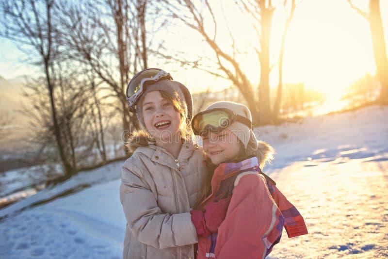 De gelukkige vrienden hebben pret op de sneeuw stock afbeelding