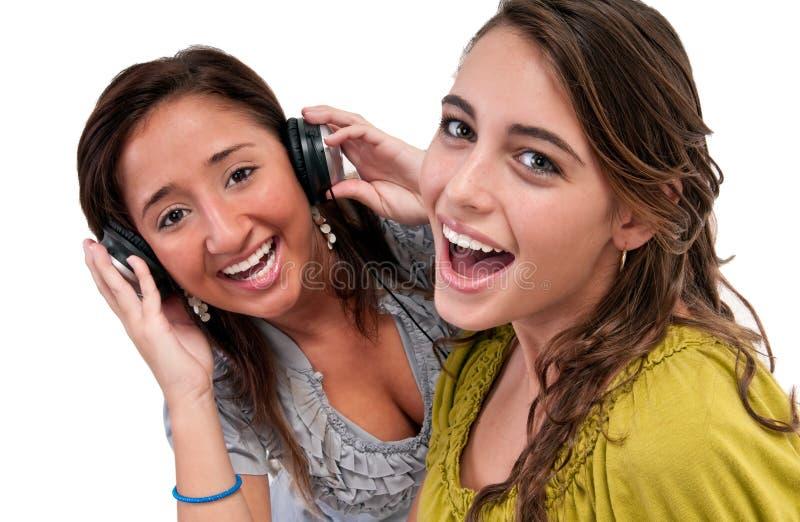 De gelukkige Vrienden luisteren muziek stock afbeelding