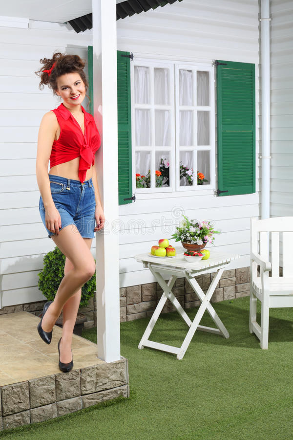 De gelukkige vrouw in borrels stelt volgende buitenhuis stock afbeeldingen