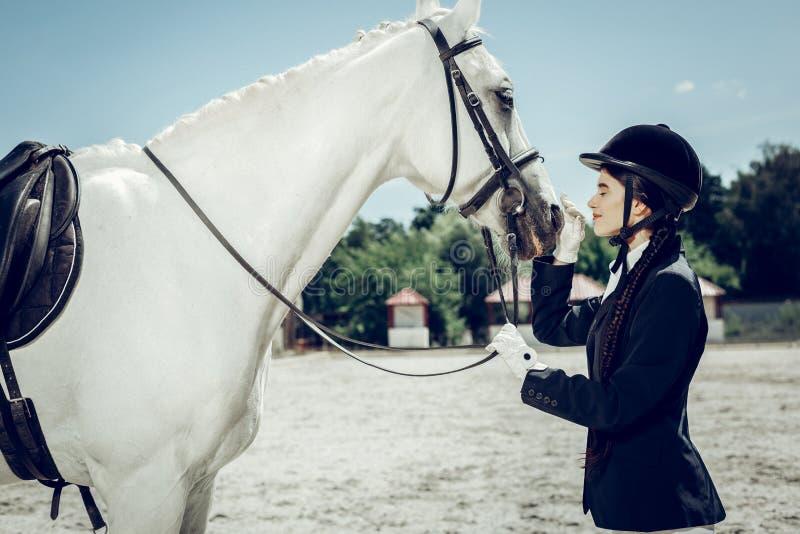 De gelukkige vrouw die van Nice een beschermende helm dragen stock foto's