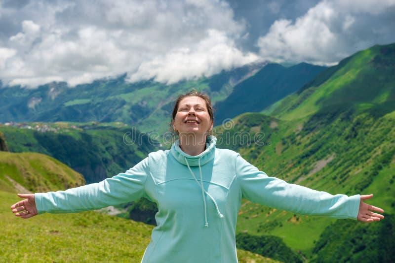 De gelukkige vrouw geniet van de vrijheid te reizen royalty-vrije stock fotografie