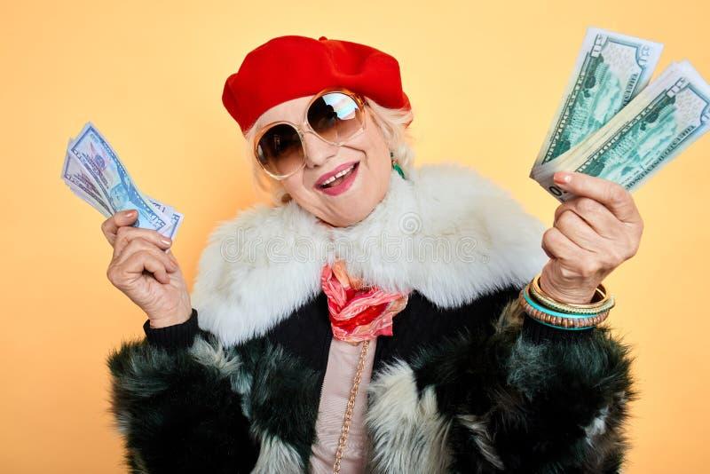 De gelukkige vrouw heeft de loterij gewonnen royalty-vrije stock foto's