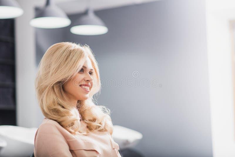 De gelukkige vrouw kijkt opzij stock afbeelding
