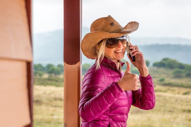 De Gelukkige vrouw van RUOK bij landelijke boerderij met duimen op gebaar royalty-vrije stock foto's