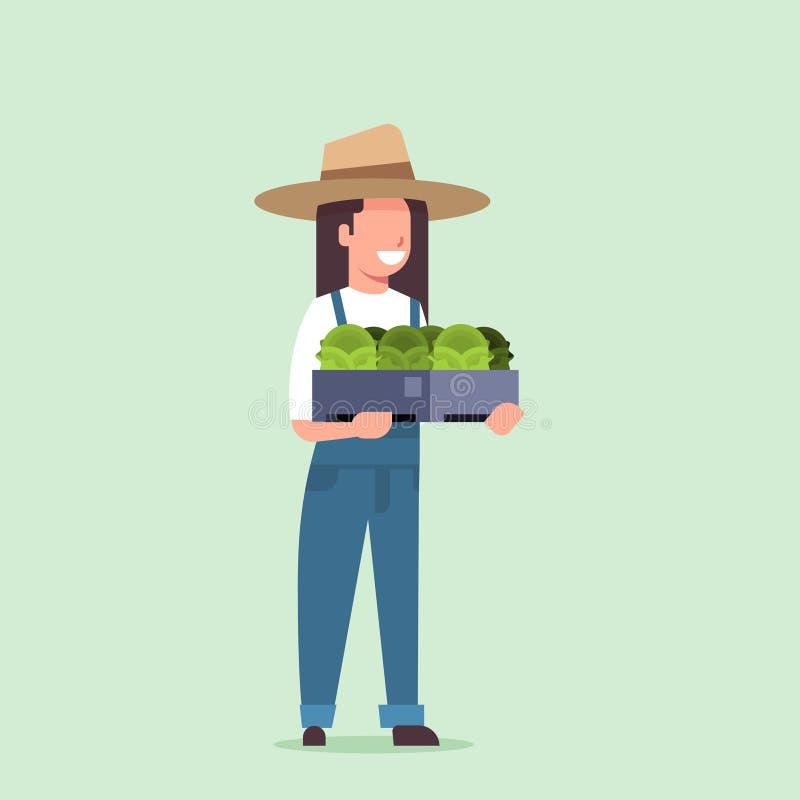 De gelukkige vrouwelijke doos van de landbouwersholding met de groene verse van de vrouwen oogstende groenten van de slakool land stock illustratie