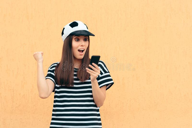 De gelukkige Vrouwelijke Ventilator die van de Voetbalvoetbal Smartphone controleren royalty-vrije stock foto's