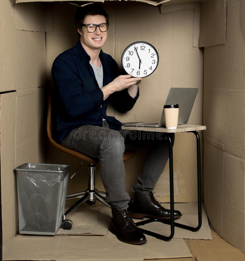 De gelukkige werknemer beëindigt zijn werk stock fotografie