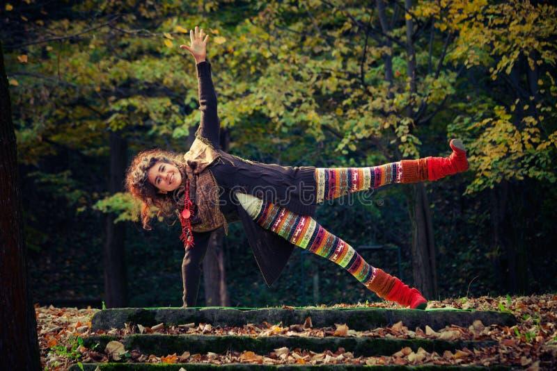 De gelukkige yoga van de vrouwenpraktijk openlucht royalty-vrije stock fotografie