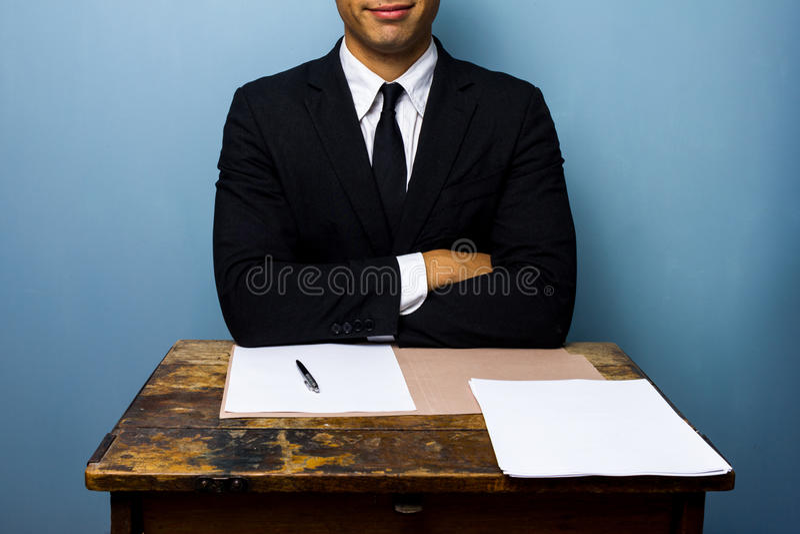 De gelukkige zakenman heeft net belangrijke overeenkomst ondertekend stock afbeelding