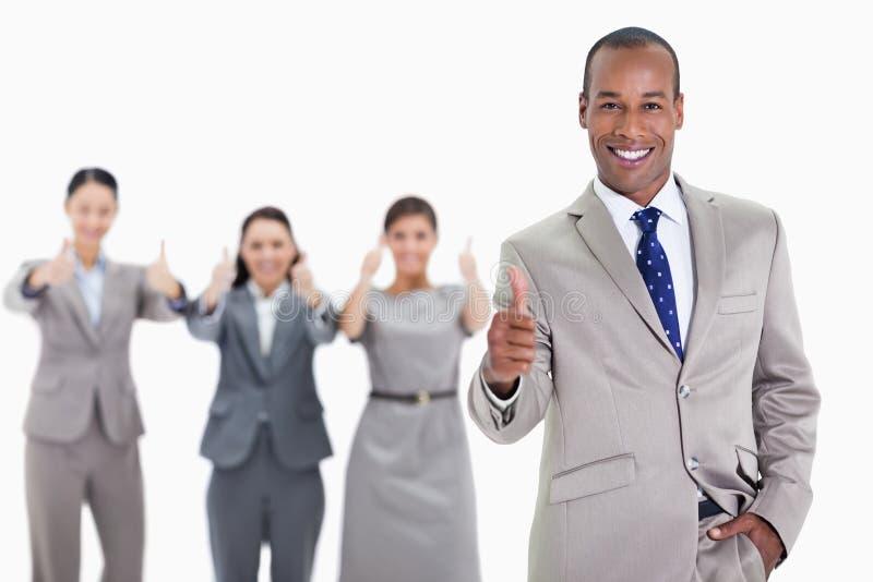 De gelukkige zakenman met dient zijn zak in goedkeurend met mede -mede-wo stock fotografie