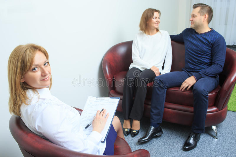 De gelukkige zitting van de paartherapie wordt gehouden bij royalty-vrije stock afbeelding
