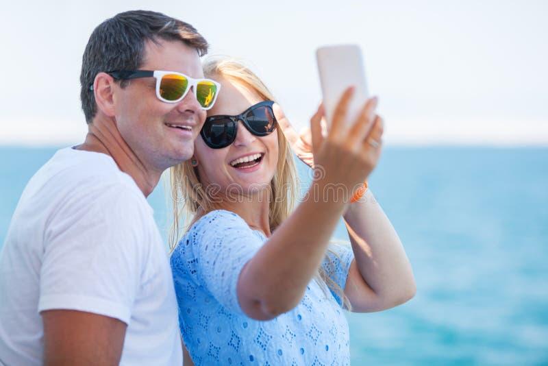De gelukkige zomer selfie van jong paar in zonnebril stock fotografie