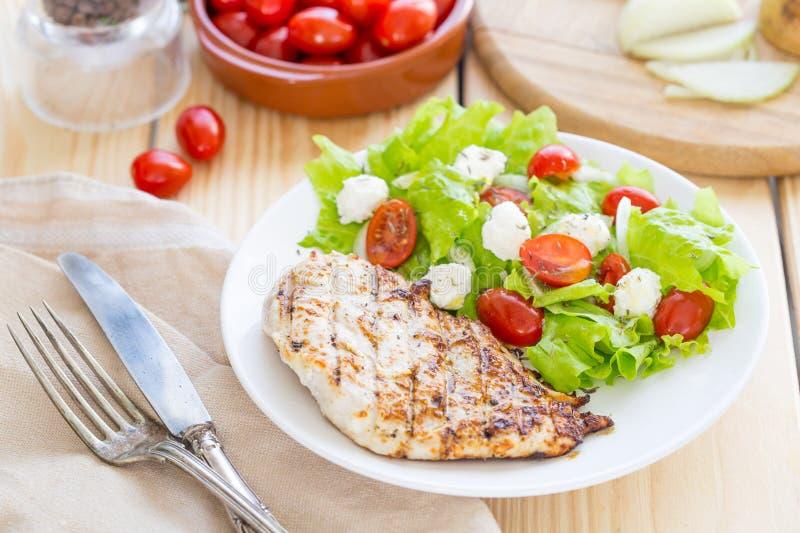De gemarineerde Geroosterde Gezonde Kippenborst diende met Verse Salade op een Houten Achtergrond stock foto's