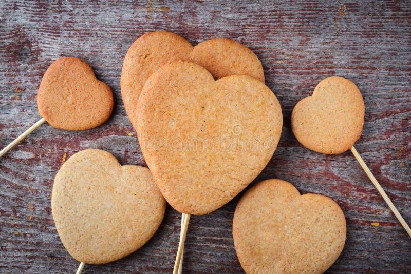 De gemberkoekjes op een stok in de vorm van harten worden opgestapeld in h royalty-vrije stock afbeeldingen