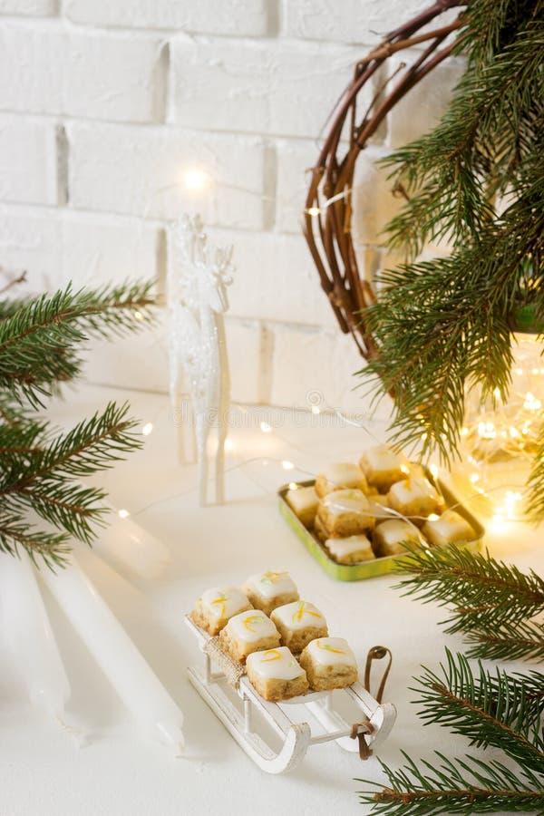 De gemberkubussen van Kerstmiskoekjes in feestelijke decoratie Rustieke stijl royalty-vrije stock foto
