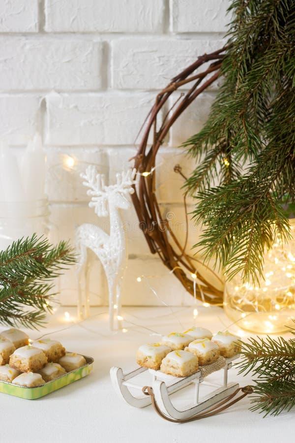 De gemberkubussen van Kerstmiskoekjes in feestelijke decoratie Rustieke stijl stock fotografie