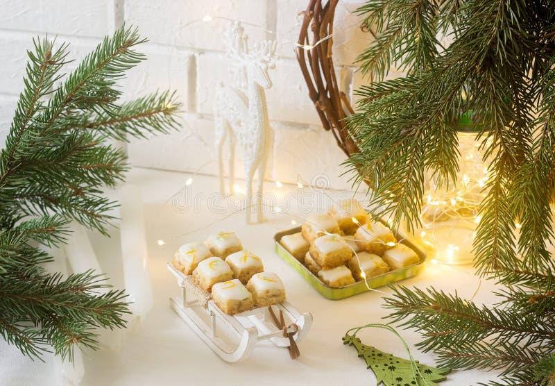 De gemberkubussen van Kerstmiskoekjes in feestelijke decoratie Rustieke stijl stock afbeelding