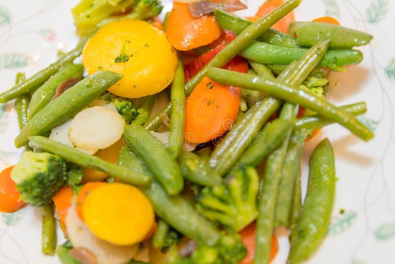 De gemengde groenten op plaat royalty-vrije stock afbeelding