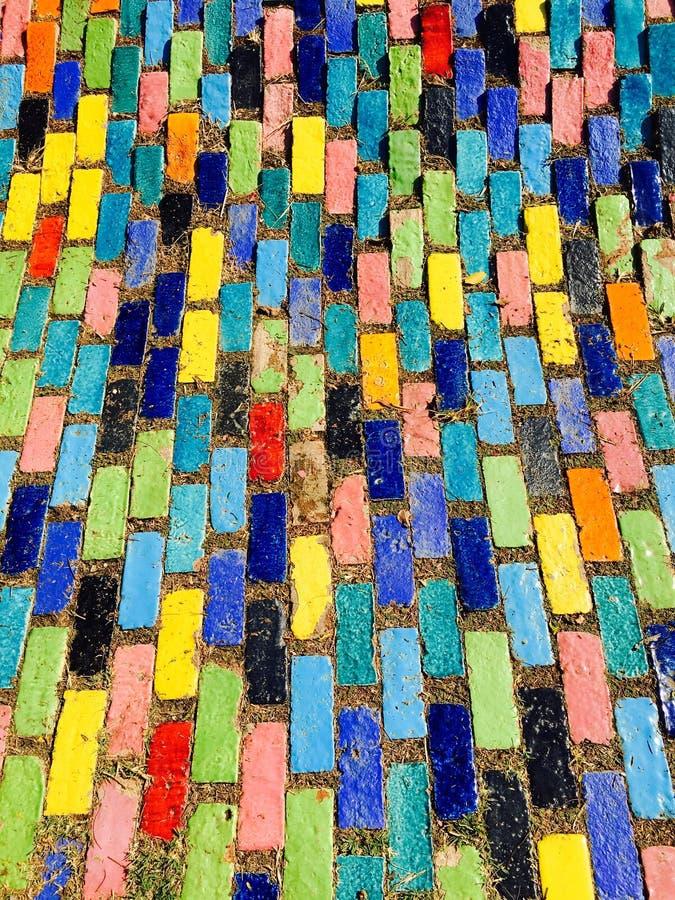 de gemengde kleurrijke bestrating van het streeppatroon stock foto