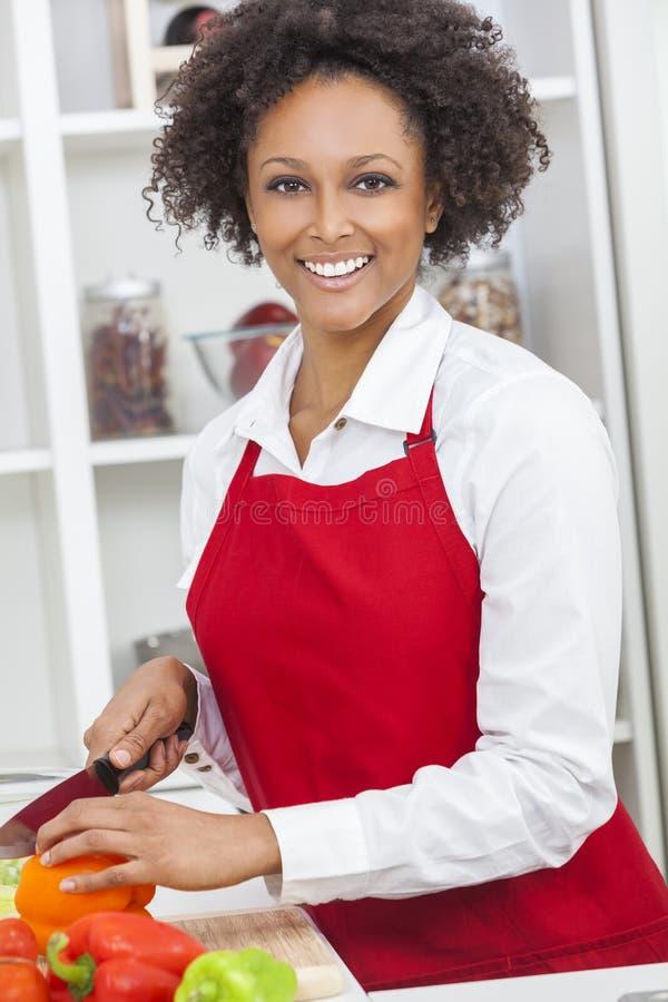 De gemengde Kokende Keuken van de Ras Afrikaanse Amerikaanse Vrouw royalty-vrije stock fotografie