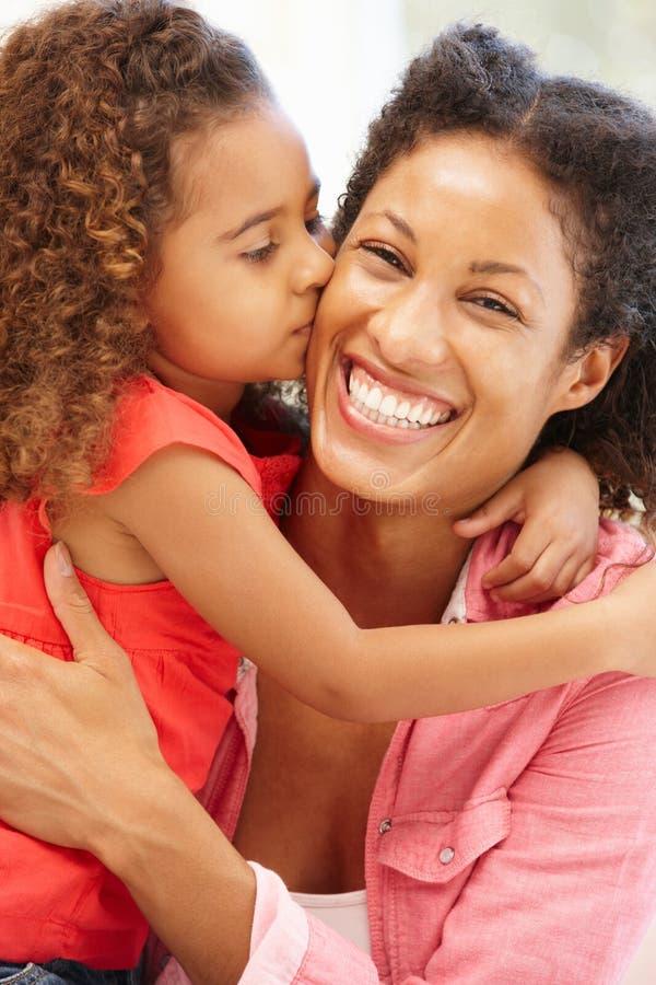 De gemengde kussende moeder van het rasmeisje royalty-vrije stock fotografie