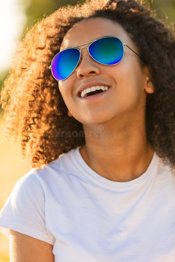 De gemengde van de de Tienerzonnebril van het Ras Afrikaanse Amerikaanse Meisje Perfecte Tanden royalty-vrije stock foto