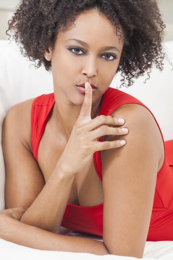 De gemengde Vinger van het Meisje van het Ras Afrikaanse Amerikaanse op Lippen stock afbeeldingen