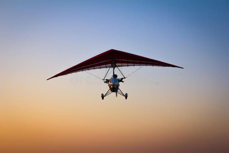 De gemotoriseerde deltavlieger in de hemel royalty-vrije stock afbeelding