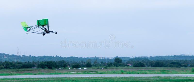 De gemotoriseerde deltavliegervlieg in hemel stock foto's